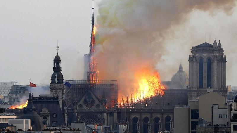 Nhà thờ chính tòa Paris cháy do bất cẩn hay cố ý phá hoại?